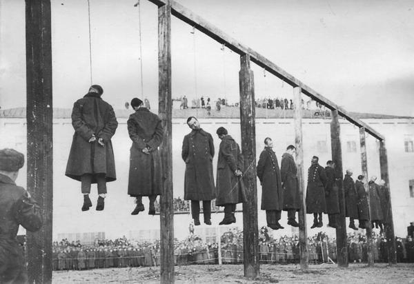 За казнью наблюдали 200 тысяч человек.