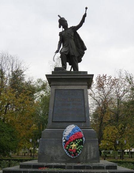 Современный памятник атаману Платову в сквере Новочеркасска