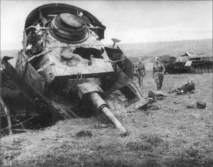 Советские бойцы рассматривают уничтоженный на Курской дуге немецкий танк Pz.Kpfw. IV