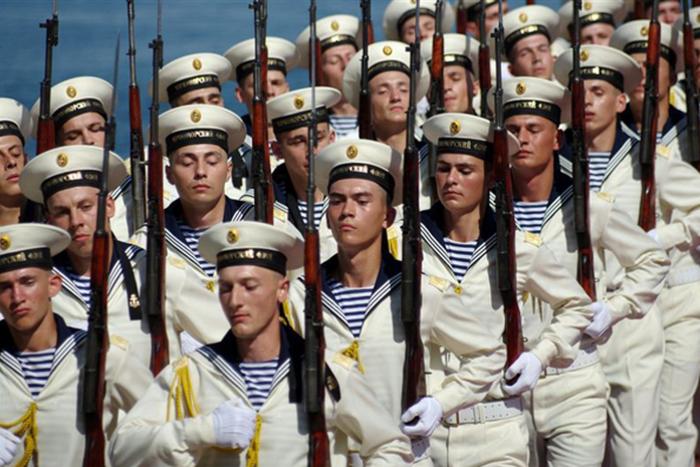 Современные моряки в тельняшках