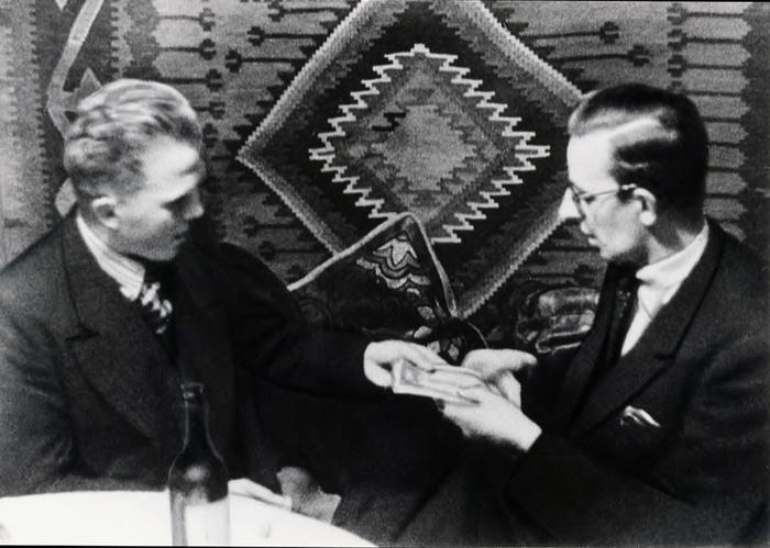 Встреча «Рудольфа Шмидта» с секретарем посольства Словакии Гейза-Ладиславом Крно, агентом немецкой разведки. Оперативная фотосъёмка скрытой камерой, 1940 год