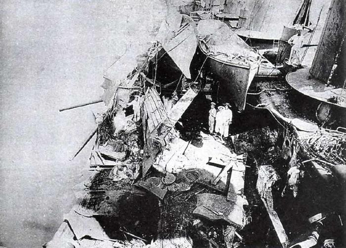 Повреждения, полученные японским броненосным крейсером «Ивате» во время боя в Корейском проливе после попадания снаряда с крейсера «Рюрик»