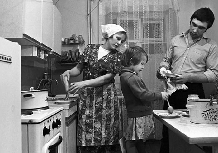 Классическая схема на кухне малогабаритной квартиры: даже семья из трех человек умещается в ней с некоторым трудом