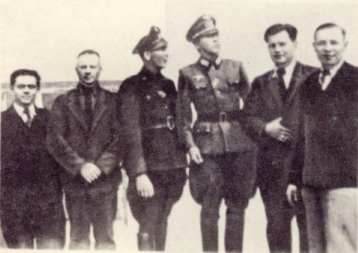 Фотография, сделанная в 1943 году в Ровно. Пауль Зиберт (Николай Кузнецов) — третий справа