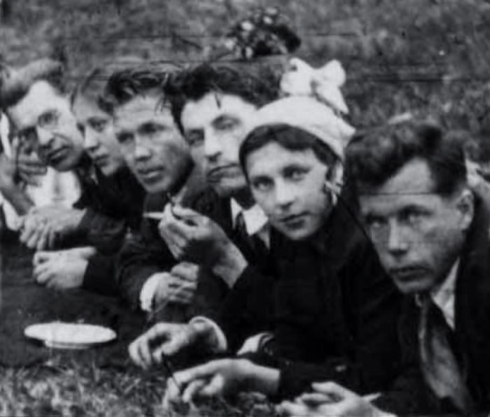 Николай Кузнецов (третий слева) с сотрудниками конструкторского отдела завода «Уралмаш» на пикнике, Свердловск, середина 1930-х гг.