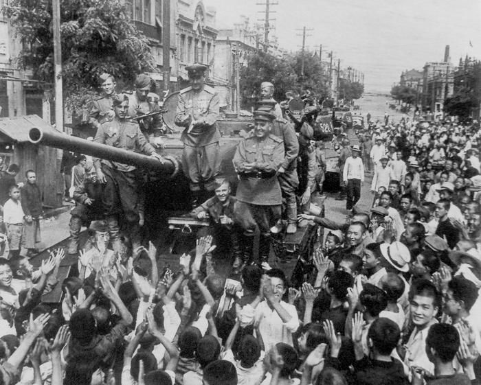 Население китайского города Далянь (Дальний) встречает танкистов 7-го механизированного корпуса 6-й гвардейской танковой армии, 24 августа 1945 года