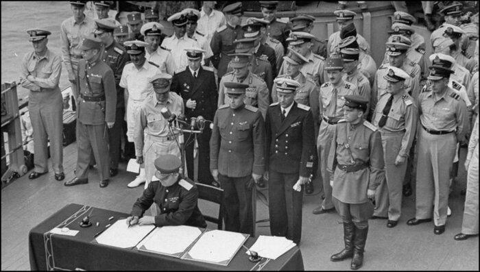 Представитель Ставки Верховного главнокомандования генерал-лейтенант Кузьма Деревянко подписывает от имени СССР акт о капитуляции Японии на борту линкора «Миссури», 2 сентября 1945 года