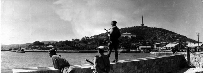 Советские солдаты смотрят на Восточный бассейн в освобожденном Порт-Артуре