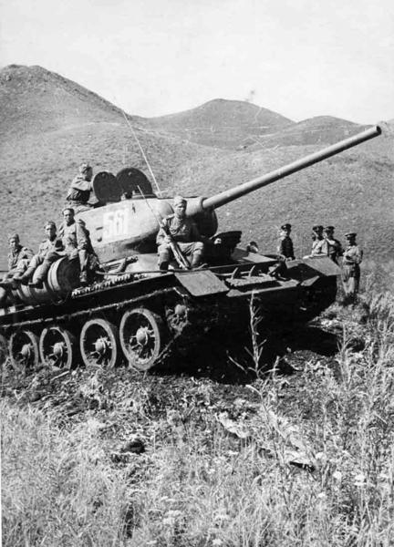 . Танкисты Забайкальского фронта преодолевают хребет Большой Хинган, Маньчжурия, август 1945