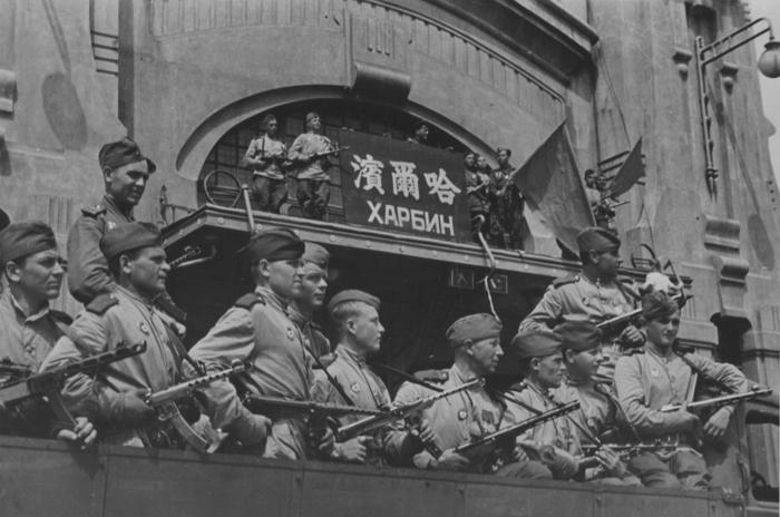 Советские бойцы-гвардейцы у здания железнодорожного вокзала в Харбине