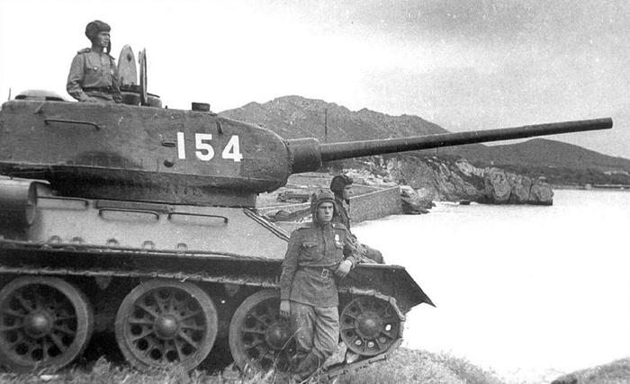 Танки Т-34-85 6-й советской гвардейской танковой армии на побережье Ляодунского залива, 22 августа 1945 года