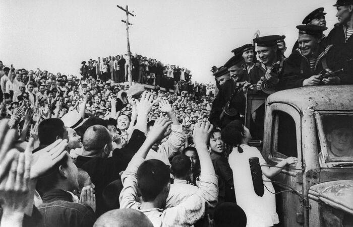 Жители Харбина приветствуют матросов Амурской военной флотилии, 2 сентября 1945 года