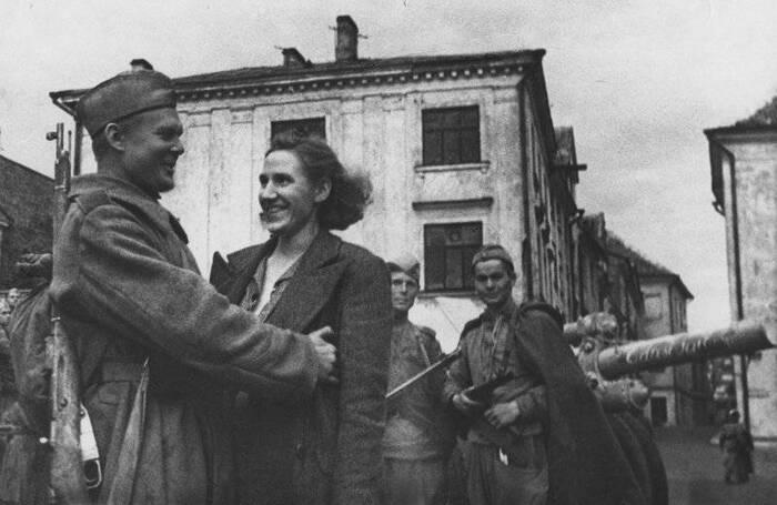 Боец 8-го Эстонского стрелкового корпуса встретил на улице освобожденного Таллинна свою жену