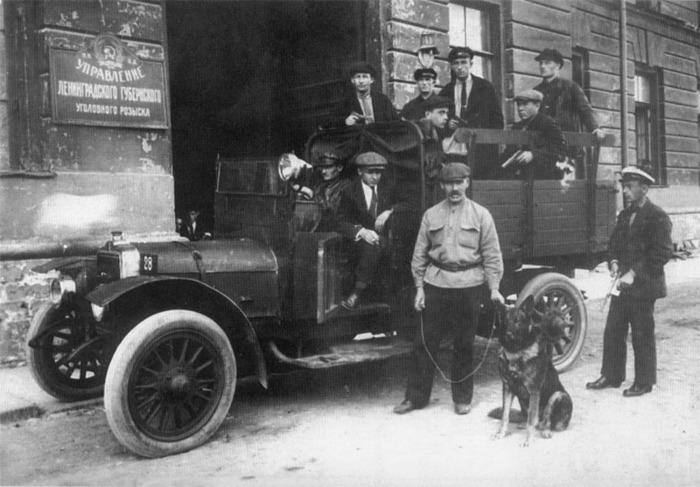 Готовая к выезду оперативная группа у входа в Управление Ленинградского губернского уголовного розыска