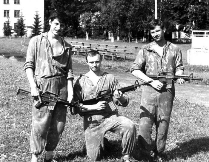 Спецназовцы обучались обращаться не только с отечественным стрелковым оружием, но и с большинством распространенных иностранных образцов. На снимке: бойцы подразделения спецназа Тихоокеанского флота с американскими штурмовыми винтовками, 1980-е годы