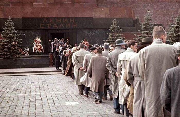 Посетители Мавзолея Ленина-Сталина