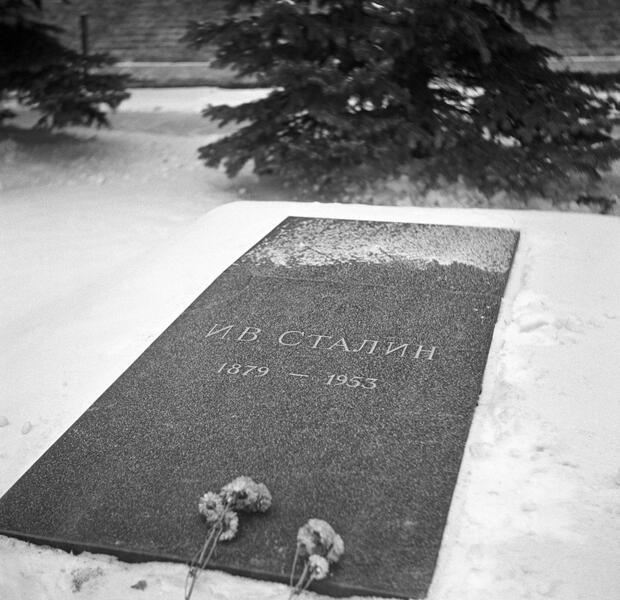Плита на могиле Сталина после выноса его тела