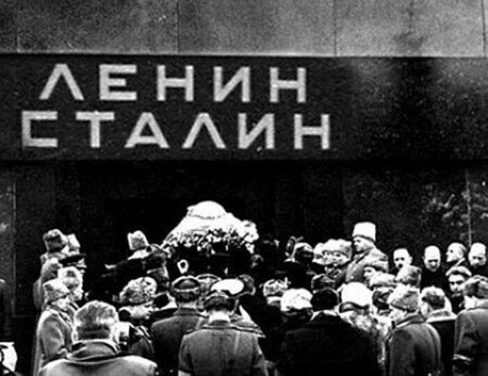 Тело Сталина заносят в Мавзолей