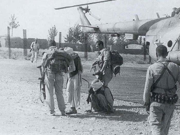 Бойцы 173-го отдельного отряда спецназа ГРУ с пленными душманами на аэродроме, Афганистан, район Кандагара, 1987 год