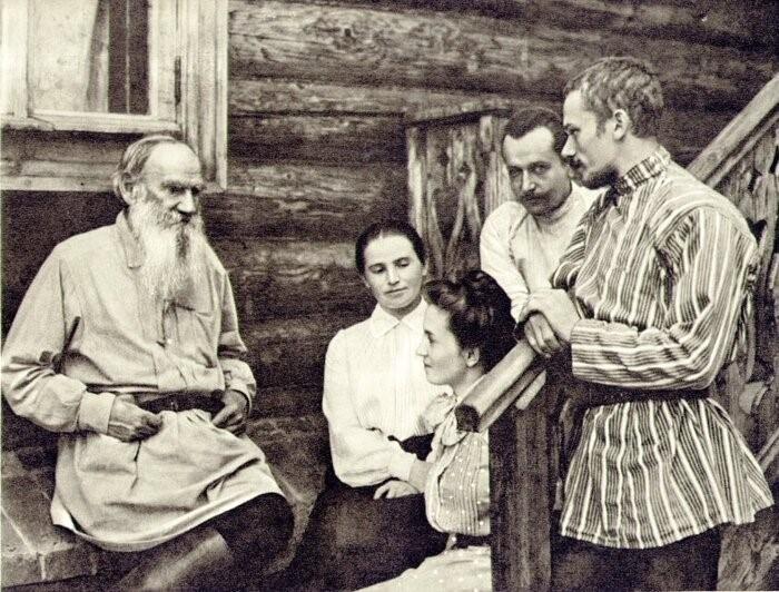 Лев Толстой с близкими.