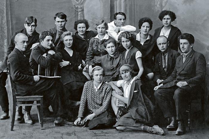 Ольга Берггольц (третья слева в среднем ряду) со студентами филологического факультета