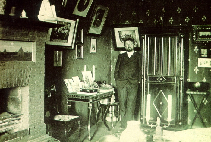 Антон Чехов в своем ялтинском кабинете, январь 1900 года