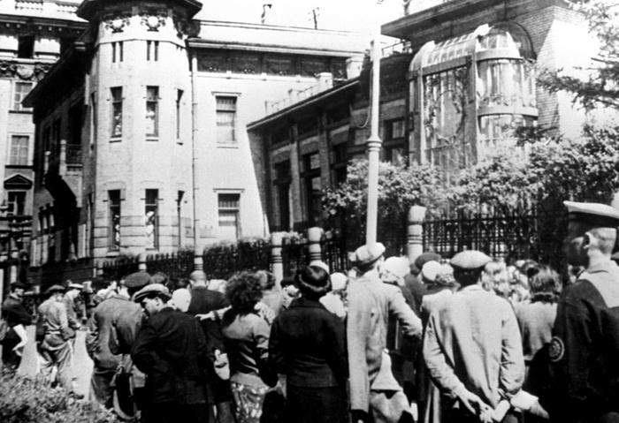 Жители Ленинграда слушают сообщение о нападении фашистской Германии на СССР