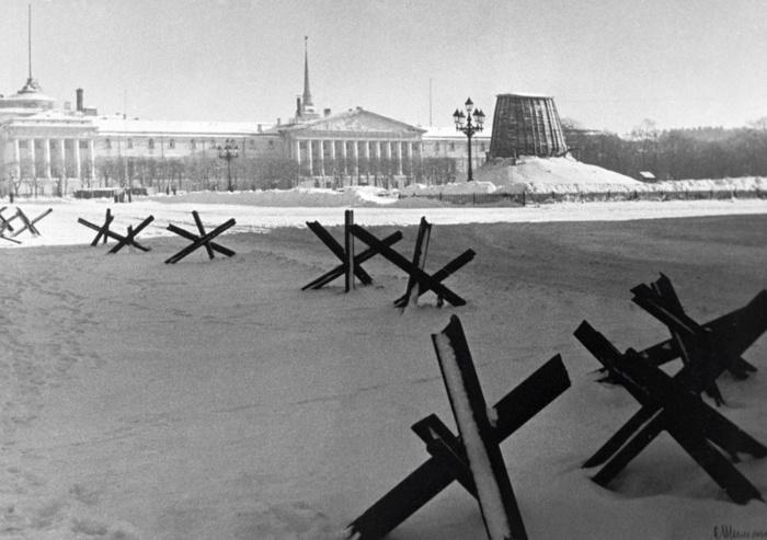 Вид на площадь Декабристов (в настоящее время Сенатская площадь) в блокадном Ленинграде