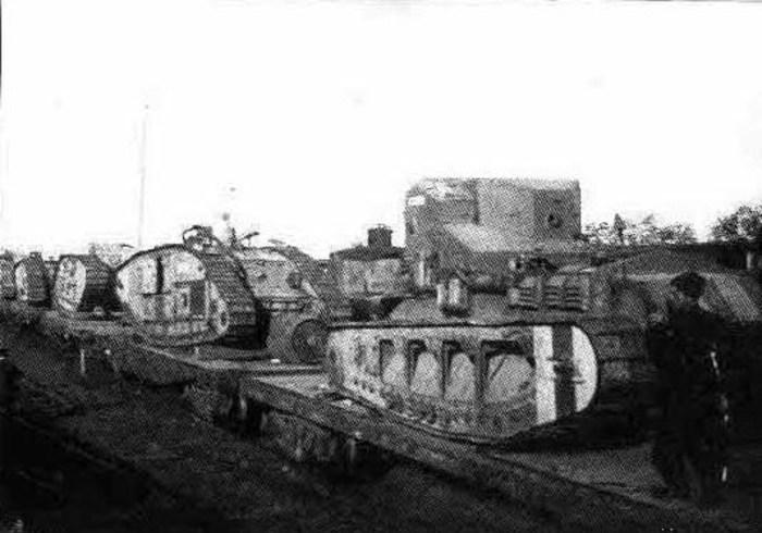 Танки ВСЮР Mk A «Уиппет» (ближний) и Mk V (дальние)