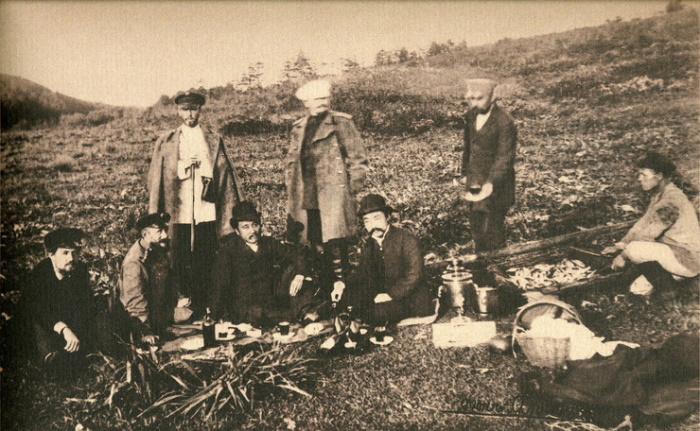 Антон Чехов (крайний справа) на пикнике в честь японского консула. Южный Сахалин, октябрь 1890 года