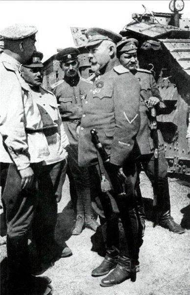 Главнокомандующий ВСЮР генерал-лейтенант А. И. Деникин на фоне танковых частей своей армии, 1919 год