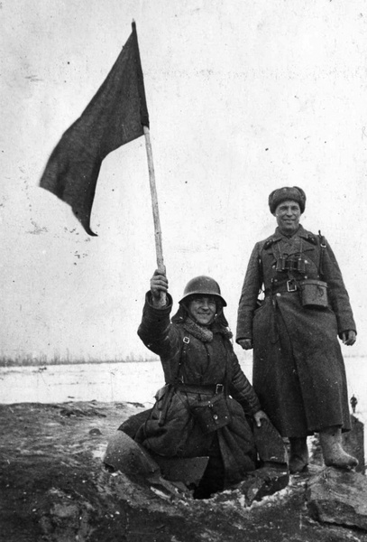 Герой Советского Союза лейтенант Михаил Сипович (слева, в разрушенном наблюдательном колпаке) и капитан Иван Коровин на захваченном финском ДОТе, середина февраля 1940 года