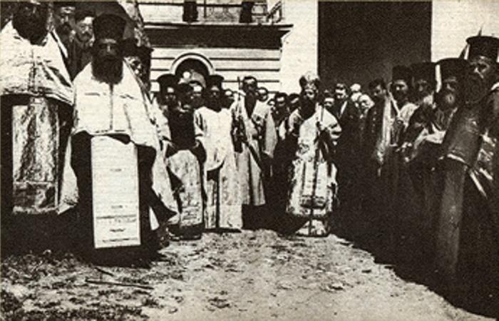 Греческое духовенство Трапезунда встречает командующего Кавказской армией генерала от инфантерии Николая Юденича, 18 (5 ст.ст.) апреля 1916 года