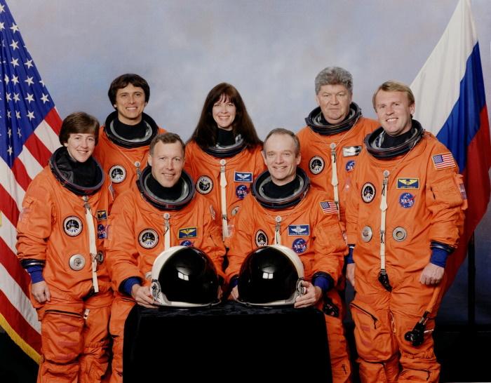 Экипаж космического челнока «Дискавери», совершившего последний полет к орбитальной станции «Мир». Второй справа — российский космонавт, дважды Герой Советского Союза Валерий Рюмин, для которого это был уже четвертый полет за его космическую карьеру