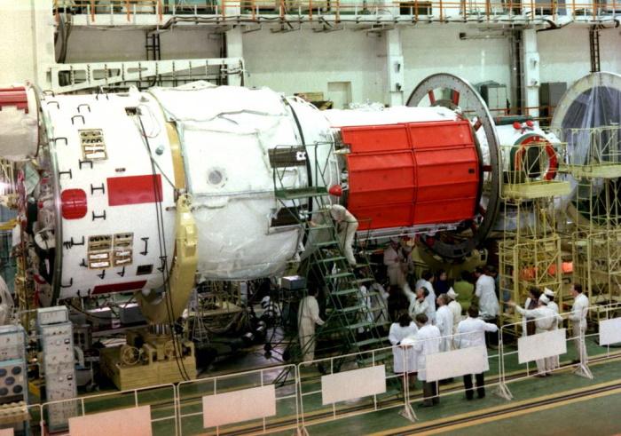 Базовый модуль орбитальной станции Мир во время подготовки к полету, космодром Байконур, 1986 год