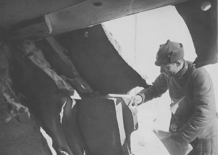 Командир РККА оценивает толщину броневых плит захваченного финского ДОТа, февраль 1940 года