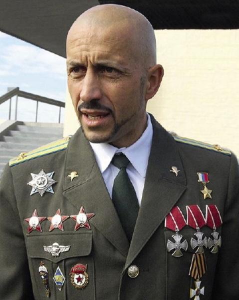 Гвардии подполковник Анатолий Лебедь был трижды награжден не только орденом Мужества, но и одной из самых известных советских боевых наград — орденом Красной Звезды